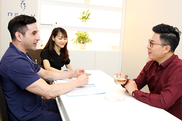MC Lê Anh chọn phác đồ trị bệnh không dùng thuốc cùng bác sỹ Mỹ